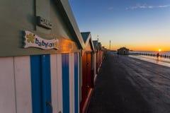 Maison de plage colorée de hutte de plage de Brighton le long de la côte de Brighton Pier Photos libres de droits