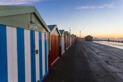 Maison de plage colorée de hutte de plage de Brighton le long de la côte de Brighton Pier Image libre de droits