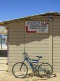 Maison de plage et vélo, Punta del Diablo, Uruguay Photos stock