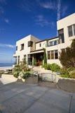 Maison de plage et voie modernes de promenade Photos stock