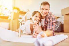 Maison de planification de couples comme nouvelle maison images libres de droits