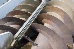 Maison de pompe avec des vis pour le contrôle de niveau de l'eau aux Pays-Bas Photographie stock libre de droits