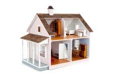 Maison de poupée rose meublée sur le blanc Images stock