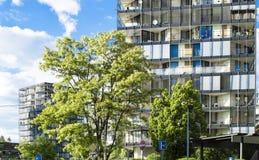 Maison de rapport moderne sur un fond de ciel bleu photos stock