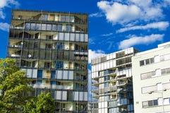 Maison de rapport moderne sur un fond de ciel bleu image stock
