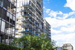 Maison de rapport moderne sur un fond de ciel bleu photographie stock