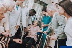 Maison de repos Femme s'asseyante avec le compte-gouttes médical images stock
