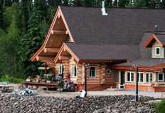 Maison de rondin sur un rivage de rivière Photo libre de droits