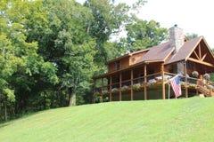 Maison de rondin sur une colline images stock