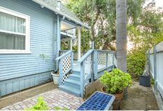 Maison de style de cottage avec des palmiers de couleur et de vert de bleus layette images libres de droits