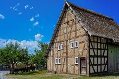 Maison de style de Tudor d'Allemand avec le chariot hippomobile Photographie stock