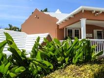 Maison de style des Bermudes entourée par des feuilles de banane Images libres de droits