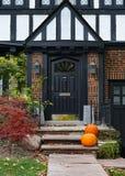 Maison de style de Tudor de décorations de Halloween photographie stock