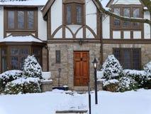 Maison de style de Tudor en hiver photo stock