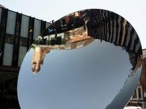 Maison de théâtre de Nottingham le miroir de ciel par Anish Kapoor photos libres de droits