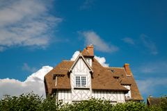 Maison de Tipical de Normandie avec le ciel bleu Image stock