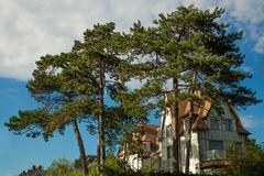 Maison de Tipical de Normandie avec le grand arbre photographie stock