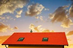 Maison de toit avec le toit carrelé photos libres de droits