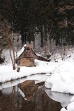 Maison de toit couvert de chaume couverte dans la neige en hiver Photo libre de droits