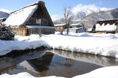 Maison de toit couvert de chaume couverte dans la neige en hiver Image libre de droits