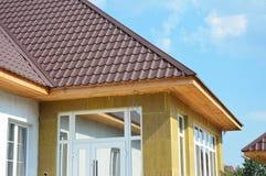 Maison de toiture et détail d'isolation Installation de soffite et de fasce photos libres de droits