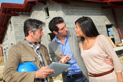 Maison de visite de couples sous le contruction Photos libres de droits