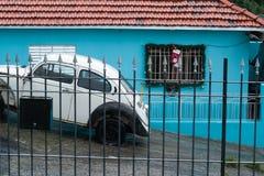Maison de voiture ancienne décorée pour Noël Images stock