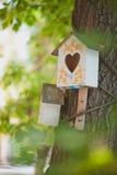 Maison de volière pour des oiseaux Photos libres de droits