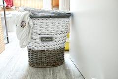Maison douce à la maison avant de faire la machine à laver photographie stock libre de droits