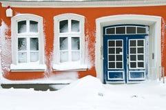 Maison douce à la maison en hiver Photographie stock