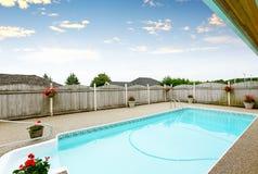 Maison du nord-ouest luxueuse avec la grande piscine et les places assises couvertes Photos libres de droits