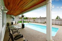 Maison du nord-ouest luxueuse avec la grande piscine et les places assises couvertes Image stock