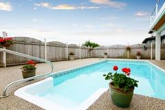 Maison du nord-ouest luxueuse avec la grande piscine et les places assises couvertes Photographie stock libre de droits