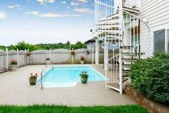 Maison du nord-ouest luxueuse avec la grande piscine et les places assises couvertes Images stock