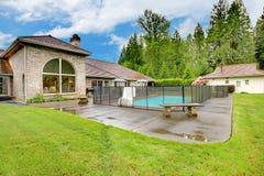 Maison du nord-ouest luxueuse avec le grand secteur de piscine et de patio Images stock