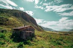 Maison du ` s de berger entourée par des montagnes Photographie stock