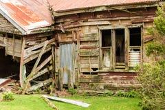 Maison en bois abandonnée s'émiettant loin Photos libres de droits