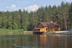 Maison en bois au-dessus du lac Image libre de droits
