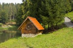 Maison en bois au-dessus du lac Photo stock
