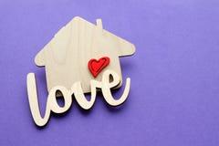 Maison en bois avec l'espace rouge de coeur et de copie Image stock