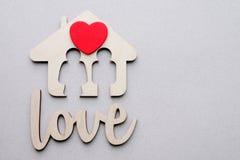 Maison en bois avec l'espace rouge de coeur et de copie Photos stock