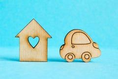 Maison en bois avec le trou sous forme de coeur avec l'icône de voiture sur bleu Photos libres de droits