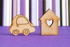 Maison en bois avec le trou sous forme de coeur avec l'icône de voiture sur le pur Photographie stock libre de droits