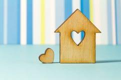 Maison en bois avec le trou sous forme de coeur avec peu for Maison en forme de t