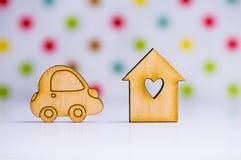 Maison en bois avec le trou sous la forme de coeur avec l'icône en bois de voiture dessus Photos stock