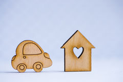 Maison en bois avec le trou sous la forme de coeur avec l'icône en bois de voiture dessus Photographie stock libre de droits