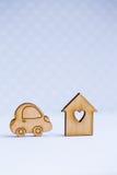 Maison en bois avec le trou sous la forme de coeur avec l'icône en bois de voiture dessus Images libres de droits