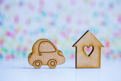 Maison en bois avec le trou sous la forme de coeur avec l'icône en bois de voiture dessus Image libre de droits