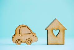 Maison en bois avec le trou sous la forme de coeur avec l'icône en bois de voiture dessus Image stock