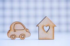 Maison en bois avec le trou sous la forme de coeur avec l'icône en bois de voiture dessus Images stock